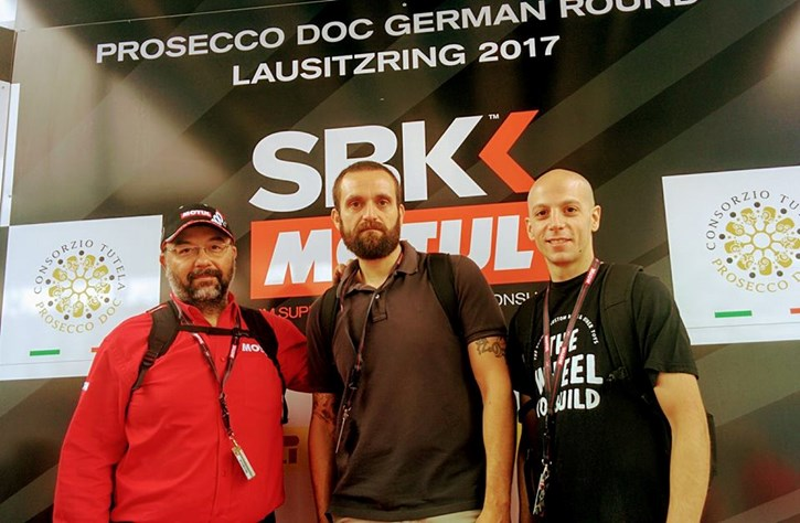 Οι τυχεροί του διαγωνισμού Αργύρης Καρράς (κέντρο) και Νίκος Γιαμουρίδης (δεξιά) με τον Χρήστο Μιλτσακάκη της Motul.