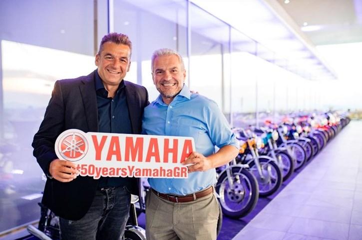 Ο Γιώργος Λιάγκας φωτογραφίζεται με τον κο. Γιάννη Σώκιαλη, Διευθυντή του Κλάδου Yamaha