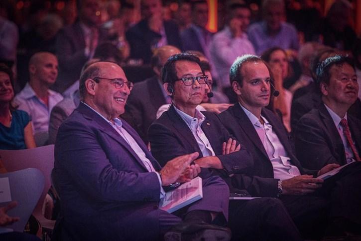 Εμφανίζονται από αριστερά προς δεξιά οι κ.κ.  - Οδυσσέας Κυριακόπουλος, Επίτιμος Πρόεδρος της ΜΟΤΟΔΥΝΑΜΙΚΗΣ,  - Katsuaki Watanabe, Executive Vice President & Representative Director της Yamaha Motor Co. Ltd.  - Πάρης Κυριακόπουλος, Πρόεδρος της ΜΟΤΟΔΥΝΑΜΙΚΗΣ - Yasuhiro Shimizu, Πρέσβης της Ιαπωνίας στην Ελλάδα